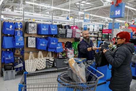 Consumidora em unidade do Walmart em Chicago, EUA  27/11/2019 REUTERS/Kamil Krzaczynski