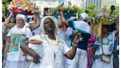 Nas festas de Iemanjá, os devotos vestem branco e levam flores como oferenda