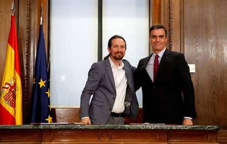Pablo Iglesias e Pedro Sánchez assinam acordo de governo na Espanha
