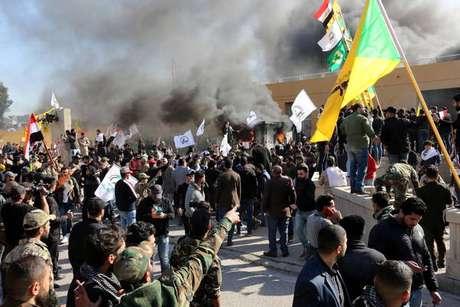 Xiitas protestam em frente à Embaixada dos EUA em Bagdá