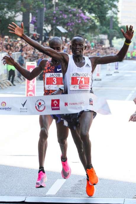 Kibiwott Kandie supera atleta de Uganda que administrava o ritmo nos metros finais; prova feminina teve outra vitória do Quênia