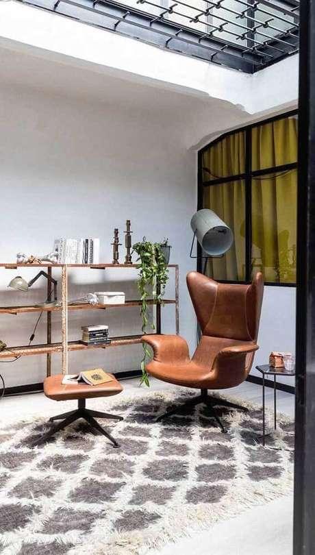 2. A poltrona giratória é muito vista em salas de estar. Foto: Decor Fácil