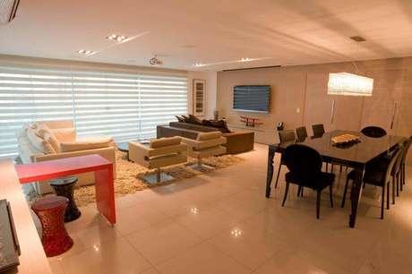 23. A poltrona giratória usada na sala de estar é sempre um elemento decorativo. Projeto de Lina Eleutério