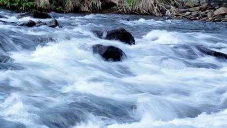 Correnteza no rio Mambucaba, no Parque Nacional da Serra da Bocaina (RJ): temporada de chuvas amplia risco de trombas d'água