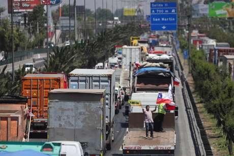 Veículos bloqueiam a estrada durante uma manifestação contra cobrança de pedágio, nos arredores de Santiago, Chile. 06/11/2019. REUTERS/Pablo Sanhueza
