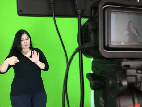A intérprete de LibrasLilian Amano durante o processo de produção de conteúdo audiovisual acessível