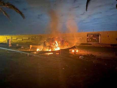Destroços em chamas em rodovia perto do aeroporto internacional de Bagdá 03/01/2020 Departamento de Mídia da Segurança do Iraque via REUTERS