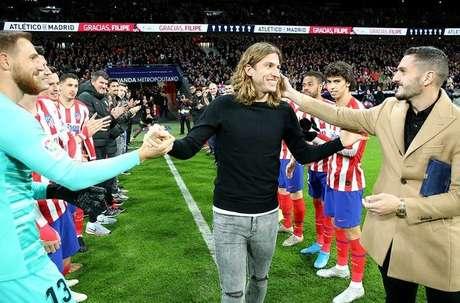 Filipe Luís foi ovacionado no gramado do Wanda Metropolitana (Foto: Reprodução)