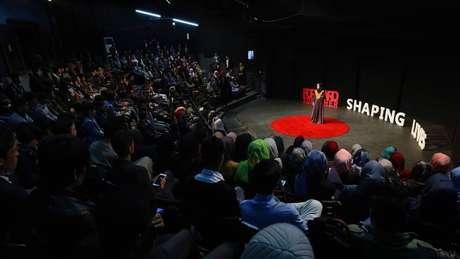 Nargis durante palestra no Afeganistão; ela hoje se dedica a promover o empoderamento feminino