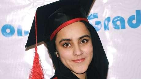 Nargis Taraki no dia de sua formatura na universidade; como ela era a quinta filha mulher de seus pais, alguns parentes sugeriram que ela fosse trocada por outro bebê da aldeia