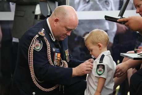 O pequenoHarvey recebe medalha de honra pela bravura do pai que morreu combatendo incêndios na Austrália.