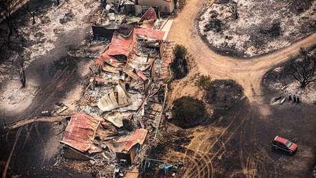 O rastro de fogo destruiu casas em East Gippsland, em Victoria, no sul da Austrália