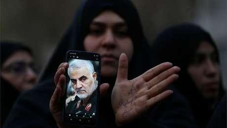 Iraniana com foto de Soleimani; general era o segundo homem mais poderoso do Irã
