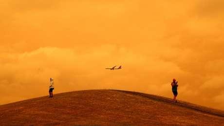 Em muitas regiões do país, especialmente no sul e no oeste, o céu segue coberto de fumaça