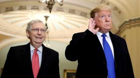 Trump ao lado do líder republicano no Senado, Mitch McConnell, nesta segunda-feira; ele prometeu reagir caso o Irã ataque alvos americanos