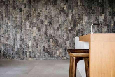 30. A pedra miracema cinza na parede traz sofisticação para o ambiente. Fonte: Pinterest