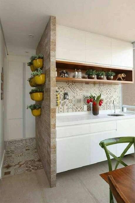 18. A parede lateral da cozinha recebeu acabamento com pedra miracema. Fonte: Pinterest