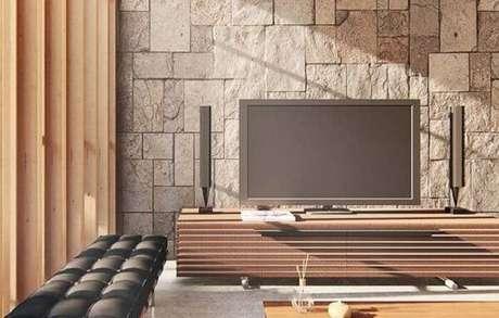 20. Sala de TV sofisticada com parede de pedra miracema. Fonte: Pinterest