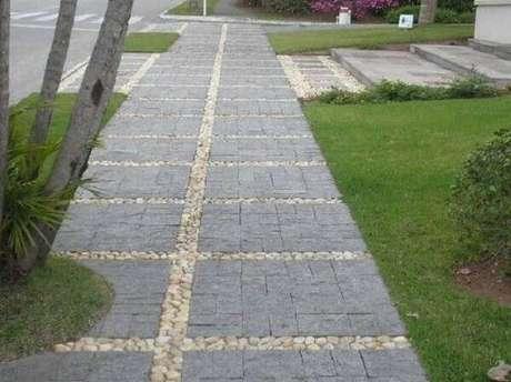 7. A pedra miracema calçada encanta a entrada de casa. Fonte: Pinterest