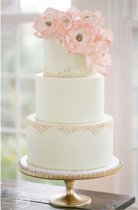 8. O acabamento delicado do bolo de aniversário de casamento vai fazer toda a diferença na sua mesa decorada – Foto: Salve a Noiva