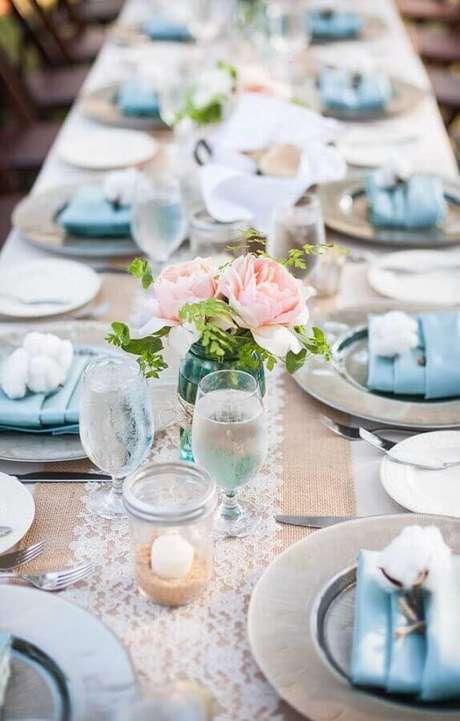 9. Decoração de aniversário de casamento com detalhes em algodão para colocar um toque da bodas que o casal está comemorando – Foto: Love Our Wedding
