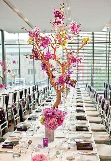 11. Decoração moderna e delicada para aniversário de casamento com arranjo de flores em galhos secos – Foto: Home Fashion Trend
