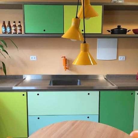 3. Armários para móveis retrô cozinha coloridos e alegres em tons de verde, azul e amarelo – Foto: Claudia Kuhnen Interiores