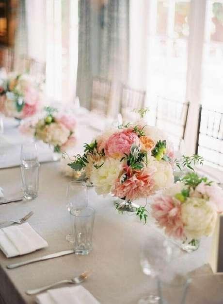 15. Arranjo de flores simples para festa de aniversário de casamento em casa – Foto: Home Fashion Trend