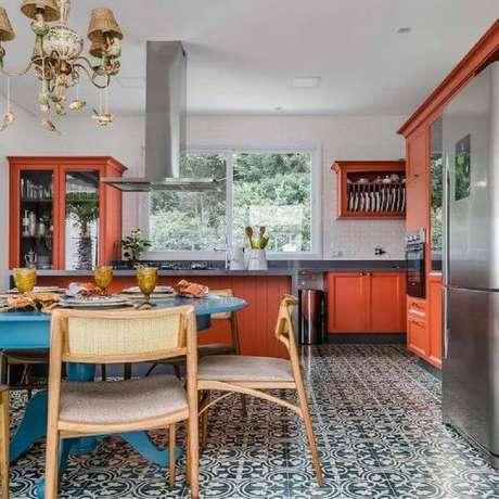 27. Móveis retrô para cozinha ampla e colorida – Projeto: Andrea Murão