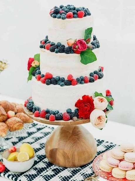 18. Bolo de aniversário de casamento decorado com frutas vermelhas – Foto: 100 Layer Cake
