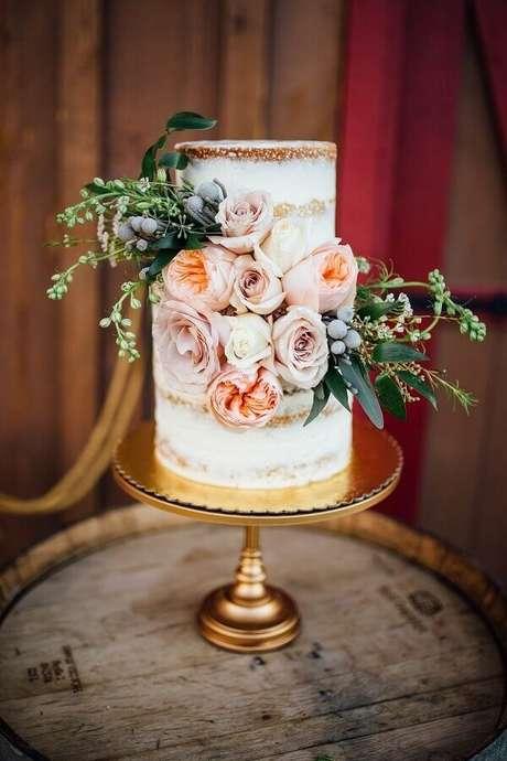 19. Bolo de aniversário de casamento decorado com rosas – Foto: HappyWedding
