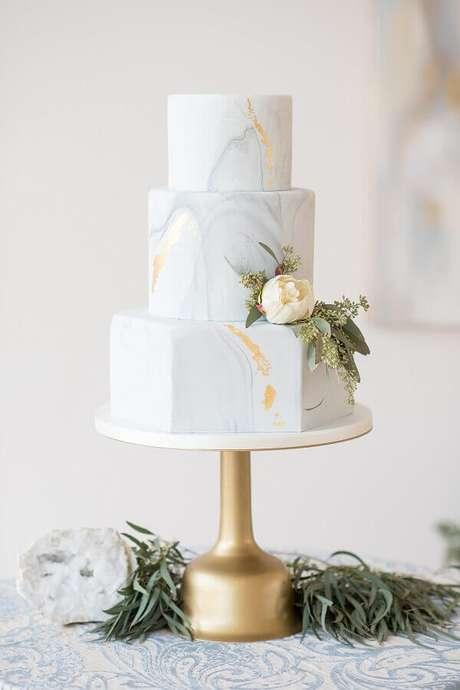 20. Lindo bolo de aniversário de casamento com acabamento moderno – Foto: Glamour & Grace