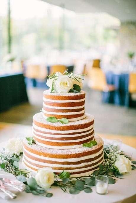 7. Lindo modelo de naked cake para aniversário de casamento decorado com rosas brancas – Foto: Style me Pretty
