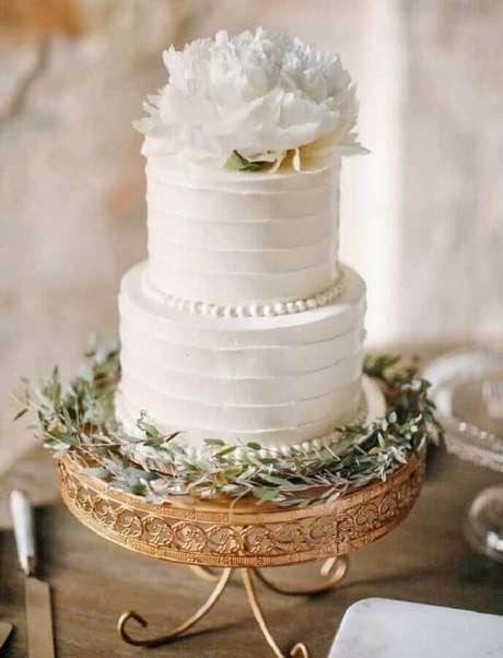 24. Modelo tradicional de bolo de aniversário de casamento todo branco 2 andares – Foto: Chic Vintage Brides