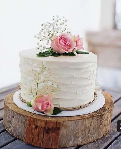 26. Modelo de bolo simples para aniversário de casamento decorado com rosas e flor mosquitinho – Foto: Easy Weddings