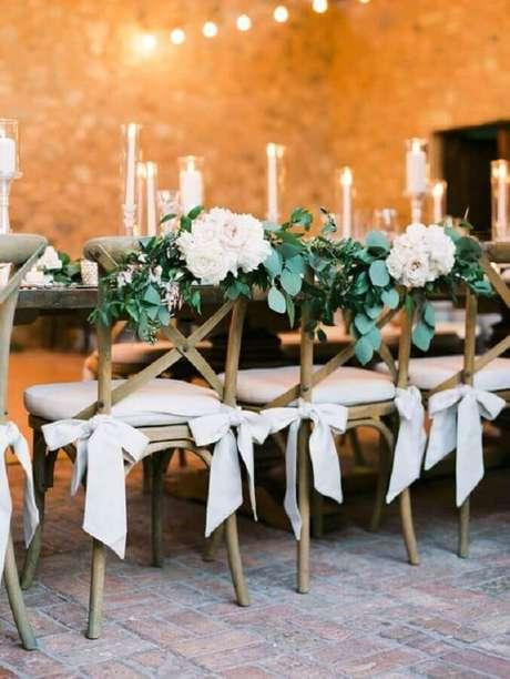 28. Você já pensou em decorar as cadeiras que você vai usar na festa de aniversário de casamento? Fica lindo! – Foto: Glamour & Woods