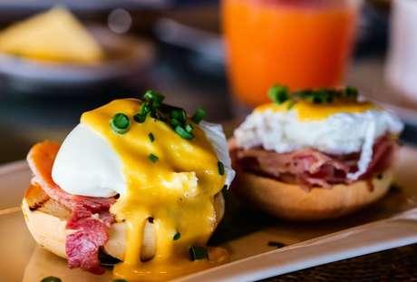 Como as pessoas curam a ressaca: experimente os ovos benedict que nem nos EUA