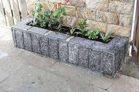 9. Utilize a pedra miracema de diferentes formas na calçada. Fonte: Tudo Construção