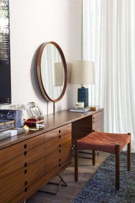 31. Os móveis retrô quarto também podem ser mais clássicos, como feitos de madeira – Projeto: Dado Castello