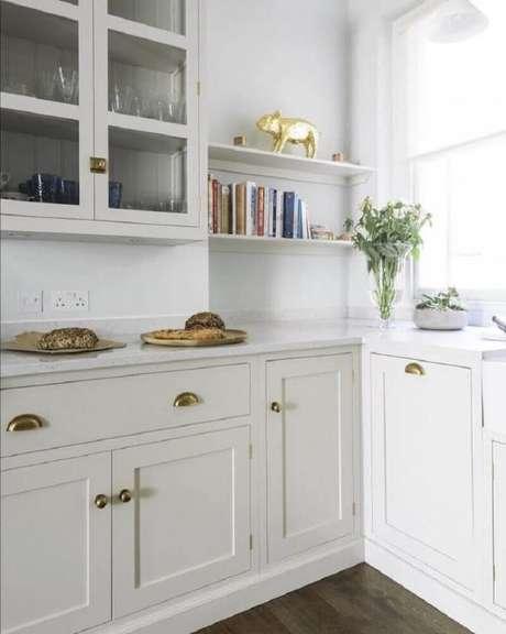 33. Decoração clean com armário de cozinha retrô e detalhes em dourado – Foto: Devol Kitchens