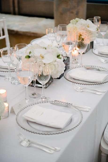29. Decoração clean e delicada para festa de aniversário de casamento simples – Foto: Style Me Pretty