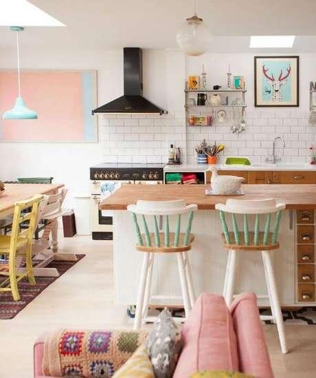2. Cozinha em tons pasteis e móveis retrô coloridos decorando o ambiente clean – Via: Bar Stools Furniture