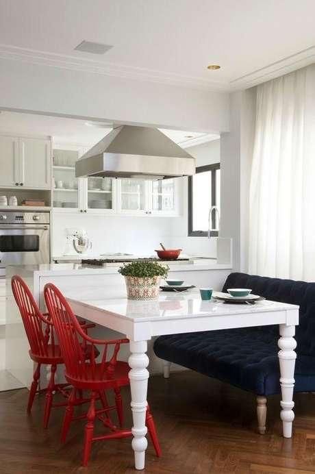 34. Decoração de cozinha americana com cadeira vermelha e móveis retrô lindos combinando – Projeto: Triplex Arqui