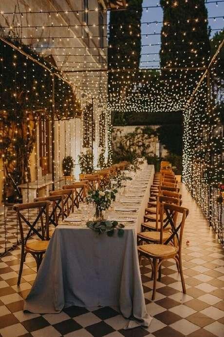 5. Invista em uma iluminação aconchegante para a festa de aniversário de casamento a noite – Foto: Lápis de Noiva