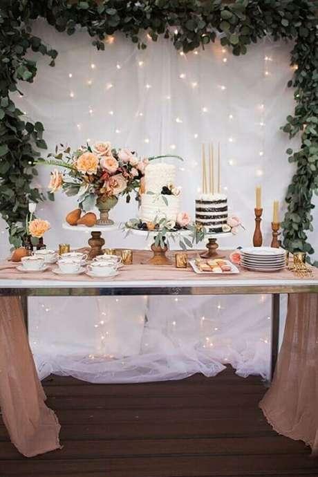 34. Decoração de aniversário de casamento simples com painel de folhagens e pisca pisca – Foto: Style Me Pretty