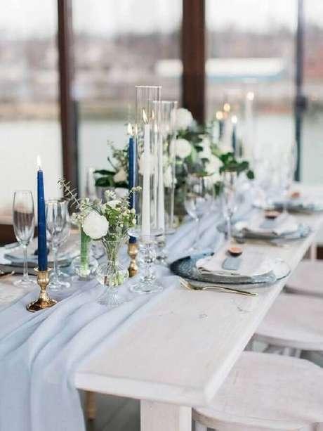 36. Decoração moderna para aniversário de casamento com velas e delicado arranjo de flor – Foto: Every Golden Detail
