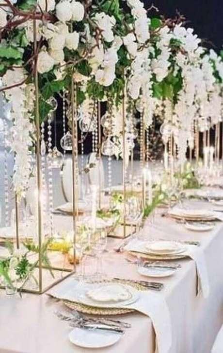 37. Decoração moderna para festa de aniversário de casamento com flores brancas – Foto: Viva La Rosa