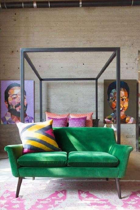 35. Quarto moderno com sofá verde e parede em acabamento rustico para combinar com os móveis rústicos – Projeto: AphroChic