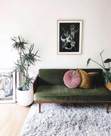 36. Sala com sofá verde em veludo- Via: Pinterest