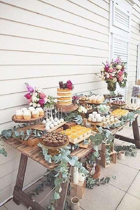 39. Ideia de decoração para festa de aniversário de casamento simples e rústico com flores coloridas e folhagens – Foto: Wedding Forward